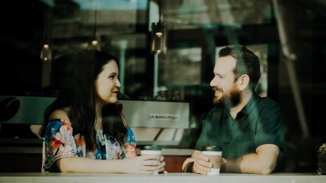 Man en vrouw drinken koffie